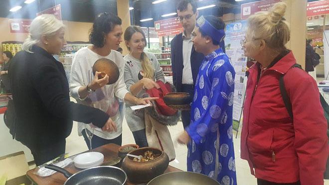 Anh Nguyễn Bá Toàn đang giới thiệu món cá kho Bá Kiến cho các thực khách tại Nga